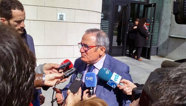 Luis Sabalza, en la puerta de la Audiencia.