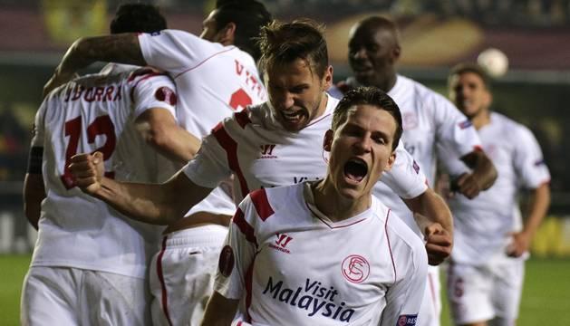 Gameiro celebra el tercer gol del Sevilla