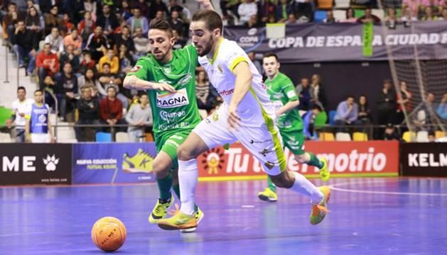 Jesulito, del Magna Navarra, y Chicho, del Palma Futsal
