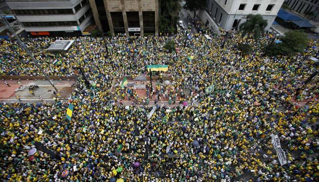 Opositores brasileños participan en una manifestación contra la presidenta Dilma Rousseff.