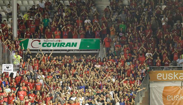 Aficionados rojillos en Mendizorroza, en la eliminatoria de Copa