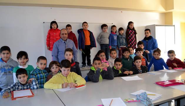 Un grupo de escolares aprende árabe en las clases de Hassan Belhaj en la casa de Cultura de San Adrián.