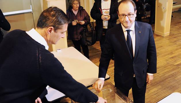 El presidente Hollande deposita su voto.