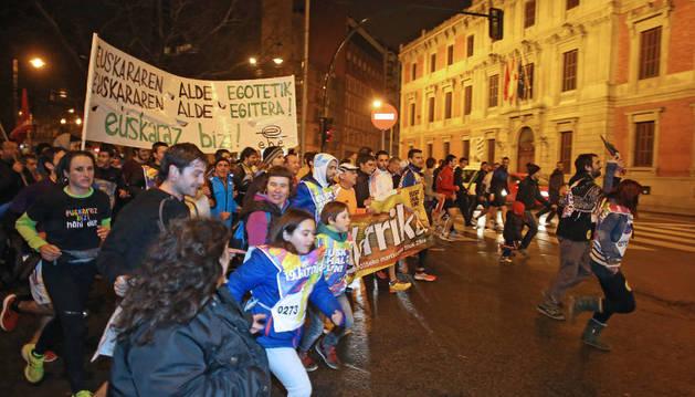 La Korrika, junto al Parlamento de Navarra, el viernes por la noche