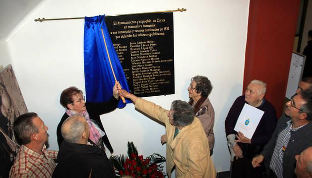 Familiares de los homenajeados descubren una placa en el zaguán del consistorio