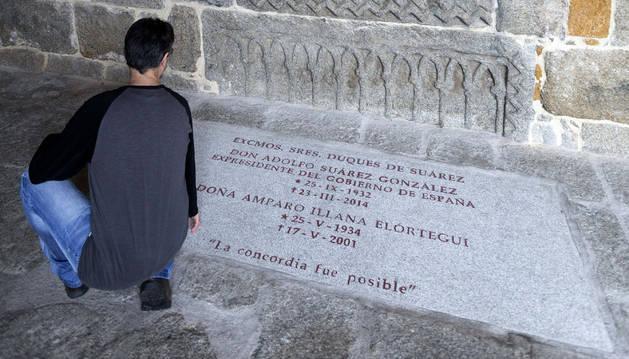 Un visitante, junto la tumba de Adolfo Suárez y su esposa