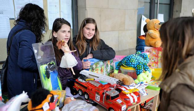 Niños y mayores colaboraron con la venta en el Txaparrón Solidario