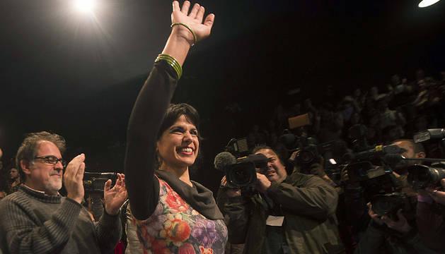 La candidata de Podemos a la Presidencia de la Junta de Andalucía, Teresa Rodríguez, saluda a sus simpatizantes tras conocer los resultados.