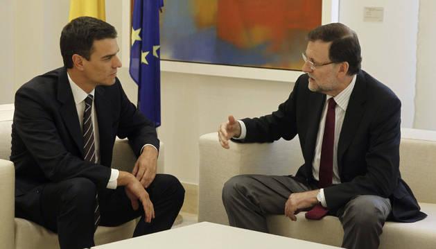 El presidente del Gobierno, Mariano Rajoy (d), y el secretario general del PSOE, Pedro Sánchez.