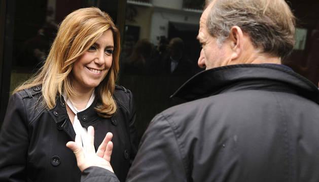 Díaz, conversando este lunes con un ciudadano en Sevilla.
