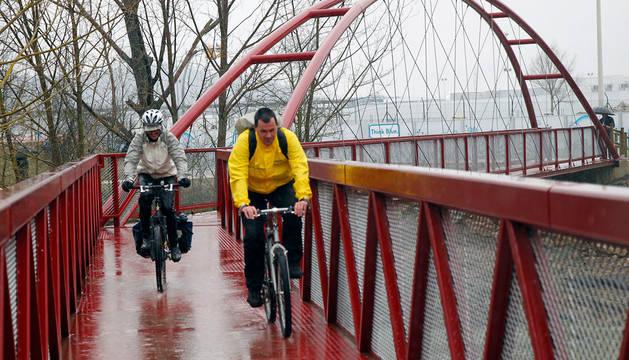 Dos ciclistas circulan por una pasarela ubicada en la última ampliación del Parque Fluvial.