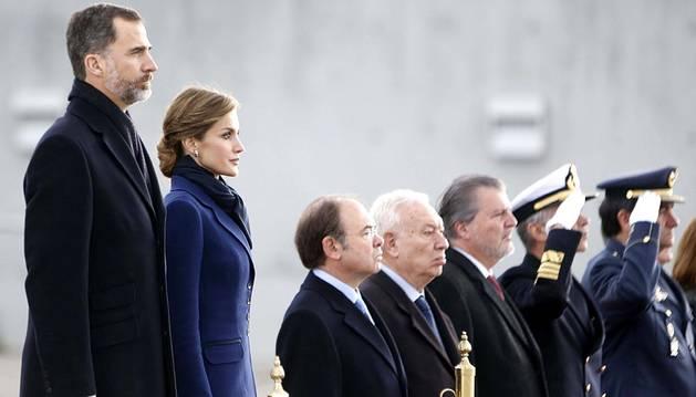 El accidente de avión ocurrido en los Alpes franceses marca el arranque de la visita de Estado a Francia de los Reyes de España, que han conocido la noticia a su llegada a la capital francesa.
