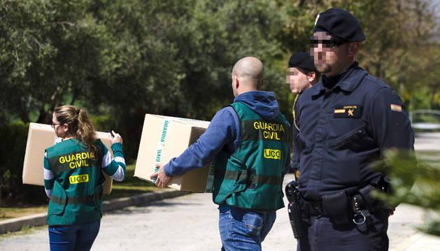 Agentes policiales retiran cajas de documentos del Ciomijas.