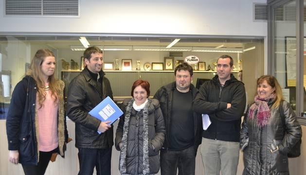 Miembros de la plataforma Proyecto Kutz, en las oficinas de El Sadar.