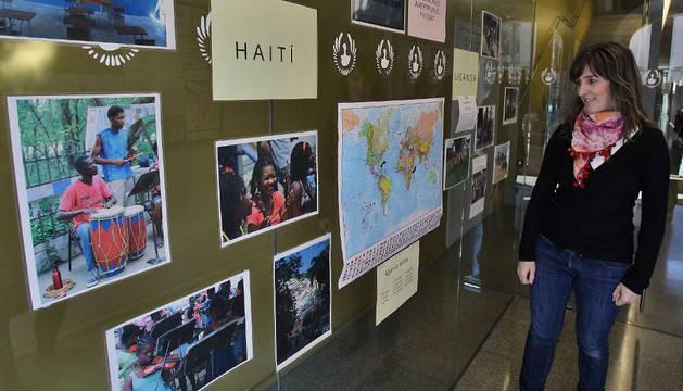 María Arratíbel, directora de la escuela, con la muestra de fotografías
