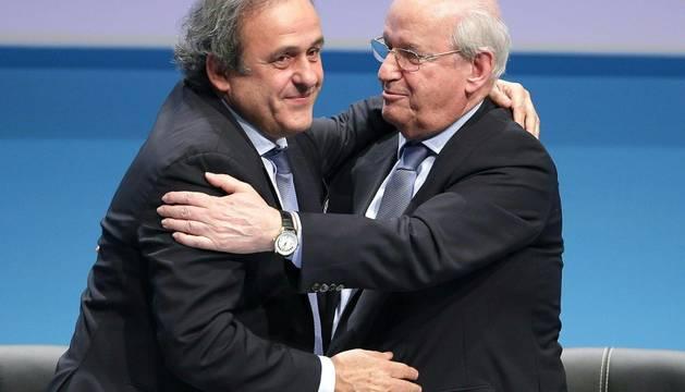 Platini, felicitado por Senes Erzik.
