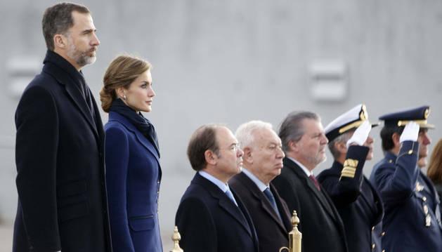 Los Reyes, junto a otras autoridades, antes de partir a Francia