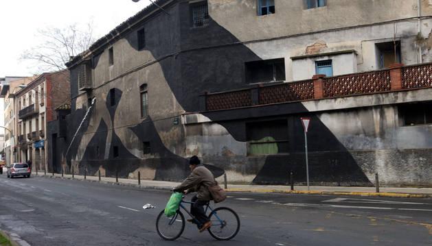 Un ciclista pasa ante el antiguo edificio de Sementales, donde está prevista la casa de cultura
