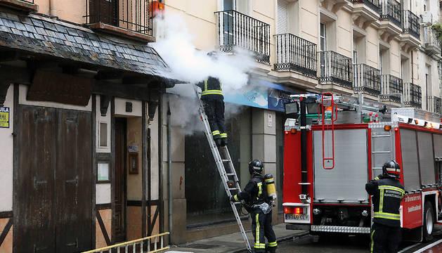 Efectivos de bomberos de Navarra extinguen un fuego en Tudela