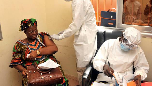 Una mujer recibe la vacuna del ébola en Guinea.