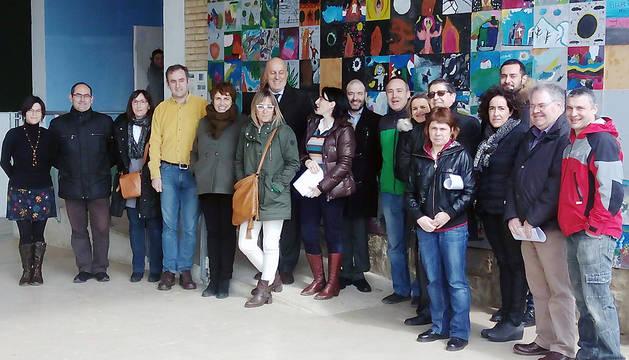 Parlamentarios y miembros de la comunidad educativa posan tras la visita