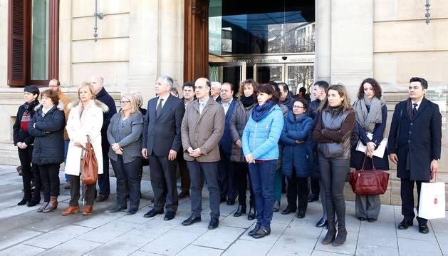Las instituciones guardan un minuto de silencio por las víctimas