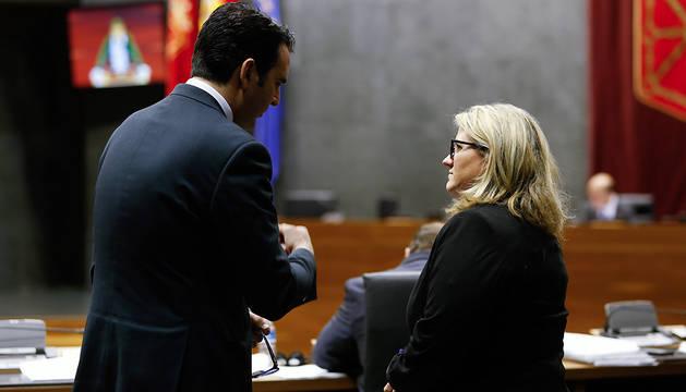 Amaya Zarranz (PPN) e Iñigo Alli, durante el último pleno de la legislatura.