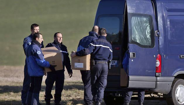 Miembros de los equipos de rescate continúan con la búsqueda de los restos de las víctimas del A-320
