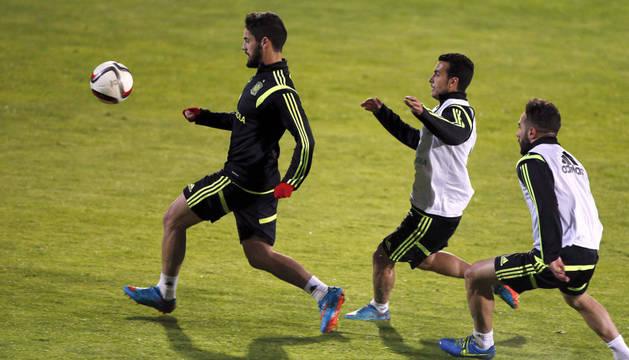 Isco controla una pelota en el entrenamiento de España