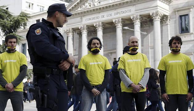 Activistas de Greenpeace protestan ante el Congreso de los Diputados.
