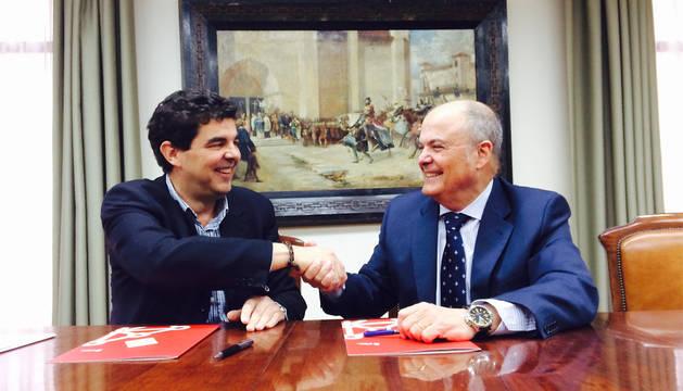 El alcalde Luis Casado y el consejero Zarraluqui, tras la firma del convenio.