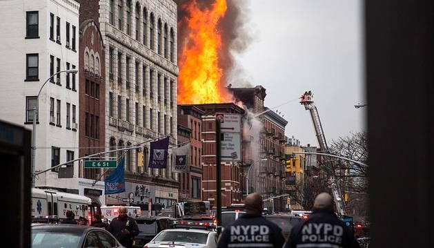 Un incendio en Nueva York ha provocado el derrumbe de parte de un edificio y causado 12 heridos, tres de ellos graves.