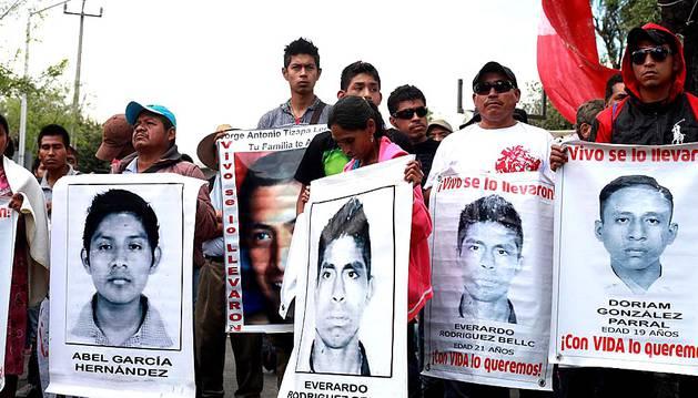 Una nueva marcha recorre México DF con motivo de los  seis meses de la desaparición de los 43 'normalistas'