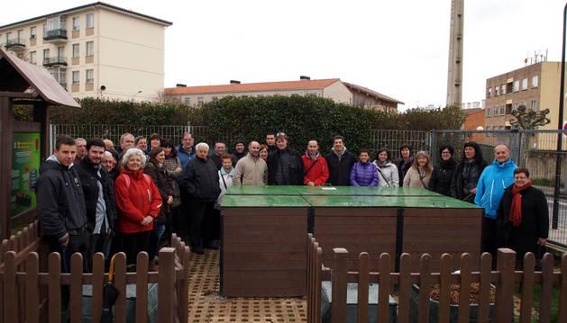 Agoizkos que se han sumado al compostaje comunitario, junto a los compostadores del colegio.