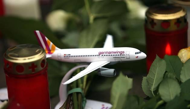Familiares y amigos mostraron sus respetos por los fallecidos en el vuelo de Germanwings donde fallecieron 150 personas.