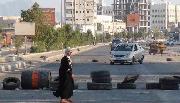 Una niña yemení, en la entrada de la ciudad de Aden