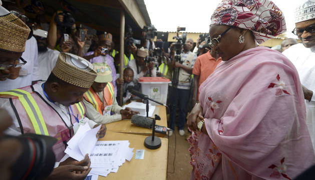 La mujer de Mohammadu Buhari acude a votar