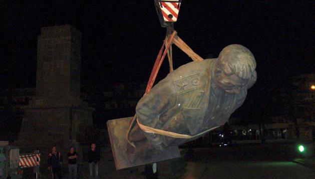 Retirada de la estatua de Stalin en 2010.
