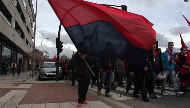 Cerca de 300 aficionados participan en la marcha en apoyo de Osasuna
