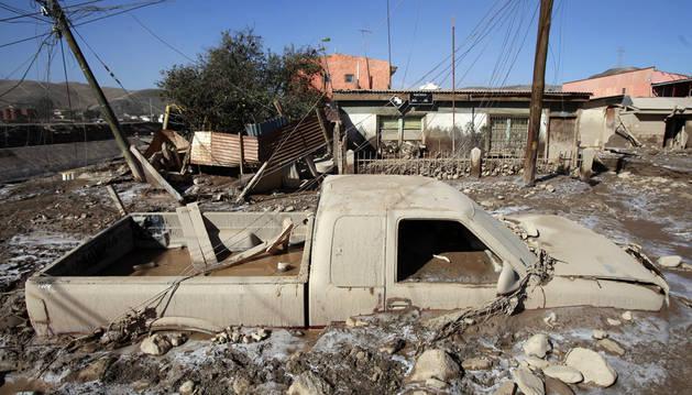 Un vehículo afectado por las inundaciones en la población de Diego de Almagro (Chile).