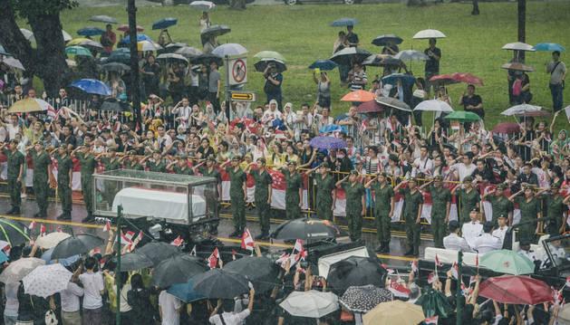 Miles de personas despiden al 'padre fundador' de Singapur