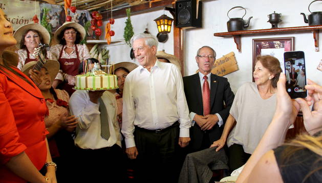 Mario Vargas Llosa, acompañado de su esposa, Patricia, visita la casa museo que lleva su nombre durante su 79 cumpleaños.