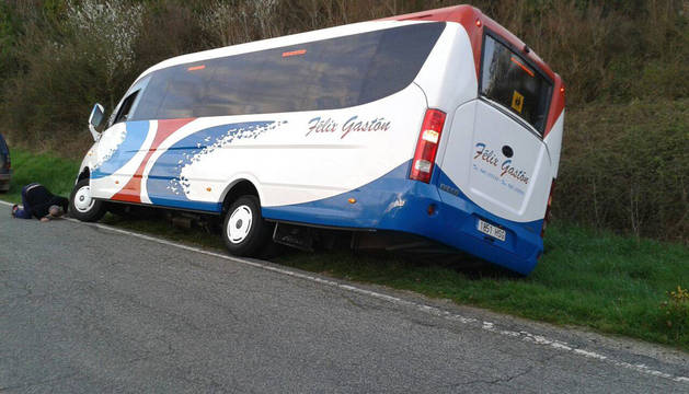 El autobús quedó a un lado de la carretera y los niños salieron ilesos por la ventana del conductor.