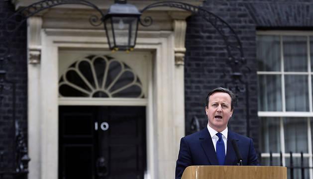 El primer ministro británico, David Cameron, habla a la nación a las puertas del Nº10 de Downing Street tras acudir a una audiencia con la reina Isabel II en el Palacio de Buckingham para tratar la disolución del Parlamento.