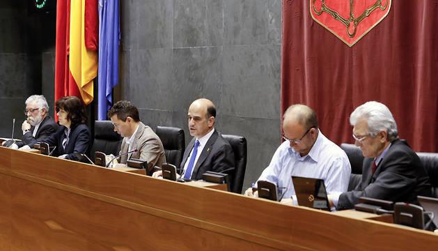 Alberto Catalán, presidente del Parlamento, entre los miembros de la Mesa Maite Esporrín, Samuel Caro y Txentxo Jiménez