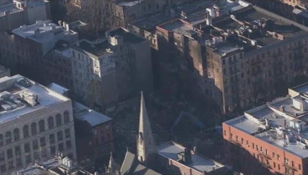 Dos cuerpos entre los escombros de la explosión del edificio en Nueva York