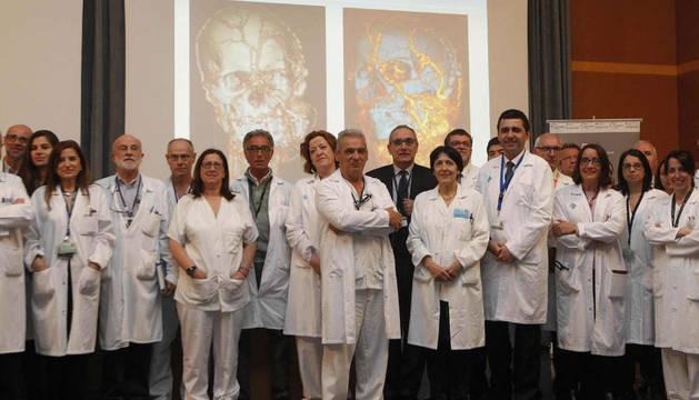 Parte del equipo multidisciplinario de 45 profesionales del Hospital Universitario de la Vall d'Hebron de Barcelona que realizó el pasado mes de febrero un trasplante de cara.