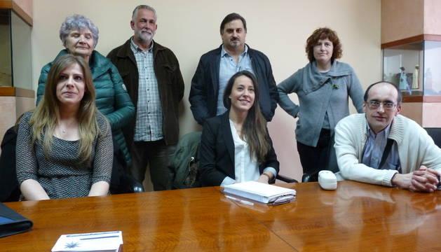 En primer plano, Lara Ochagavía, Marta Astiz y José Javier Martínez de Carlos, rodeados por otros miembros de la agrupación.
