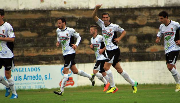 Apesteguía celebra un gol con el Tudelano