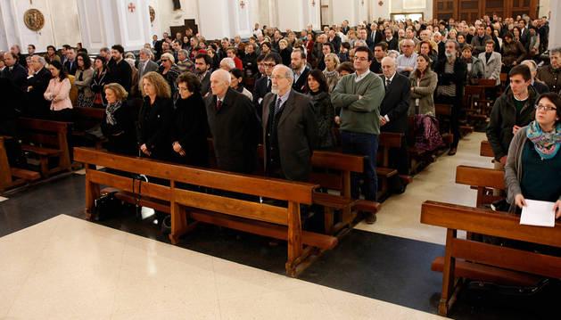 Familiares y amigos de Rogelio Oficialdegui Tina, ayer, en el funeral celebrado en San Miguel.